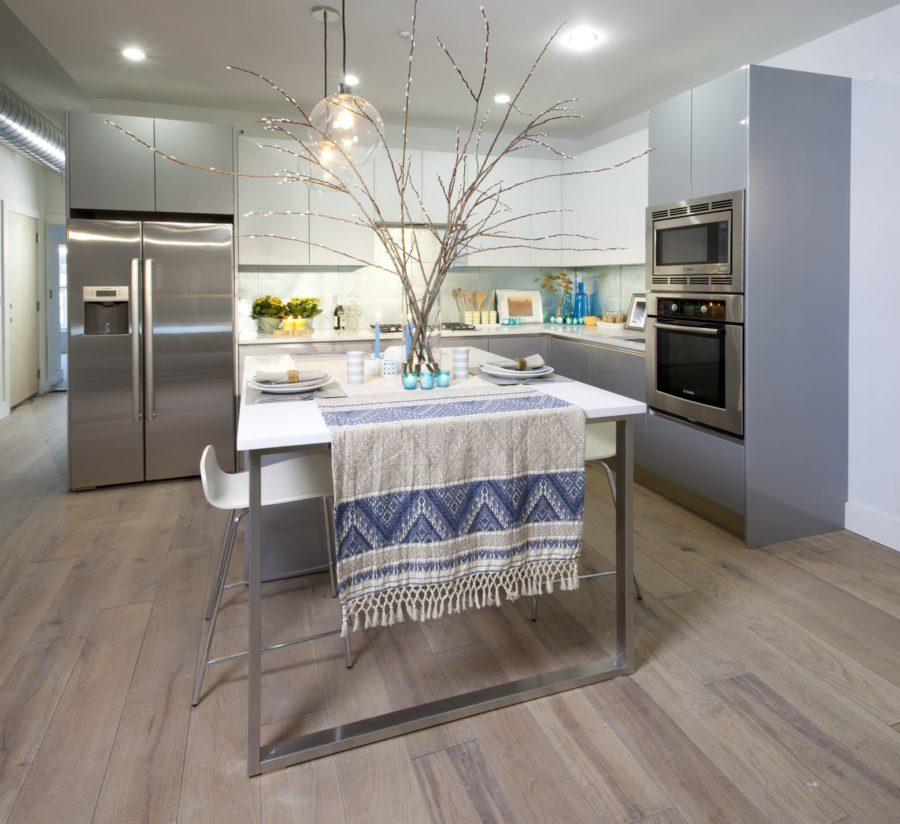 Дизайн двухцветной кухни - необычное полотенце