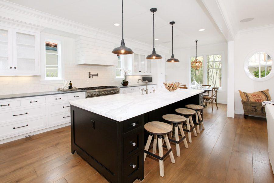 Дизайн двухцветной кухни - чёрно-белая кухня