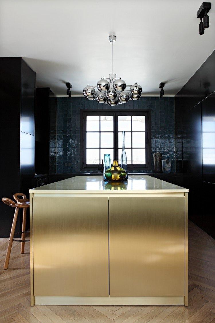Интерьер красивой кухни: золотой кухонный остров
