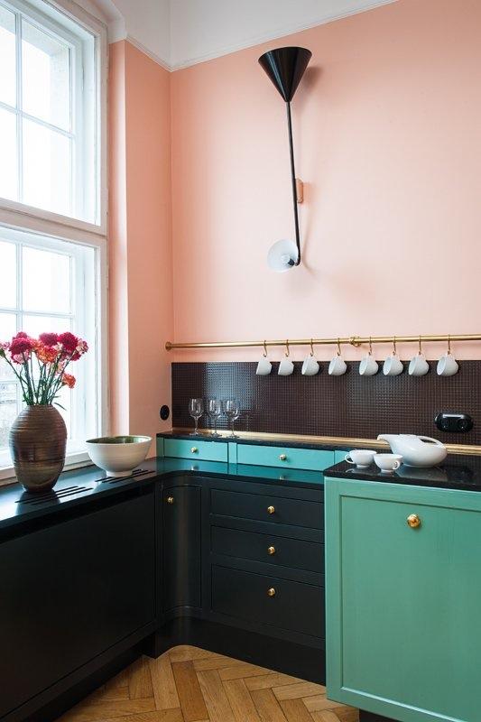 Интерьер красивой кухни: нежно-розовая штукатурка