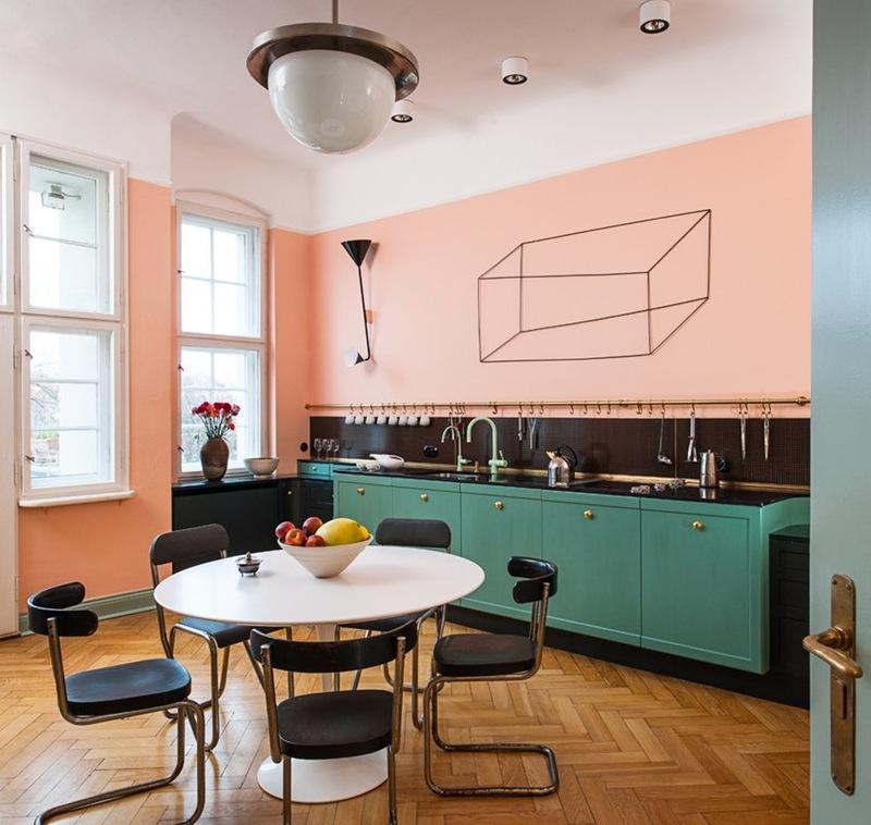 Интерьер красивой кухни: круглый обеденный стол
