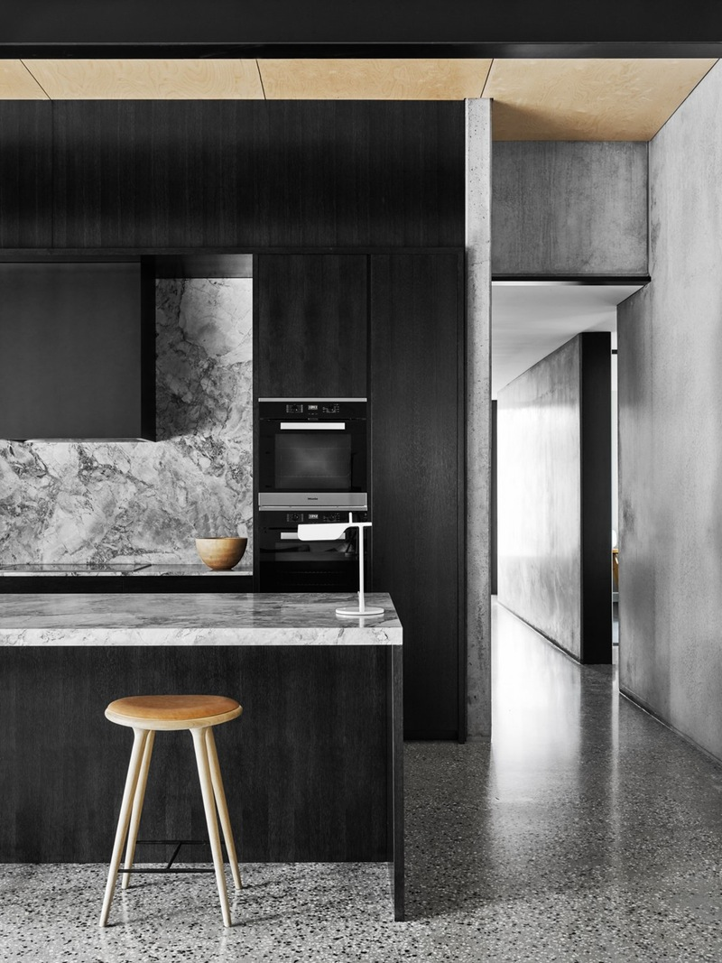 Интерьер красивой кухни: серый мраморный фартук