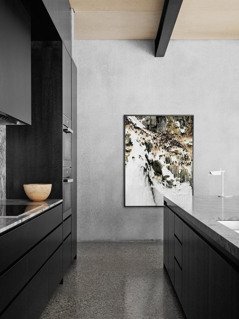 Интерьер красивой кухни: картина на стене