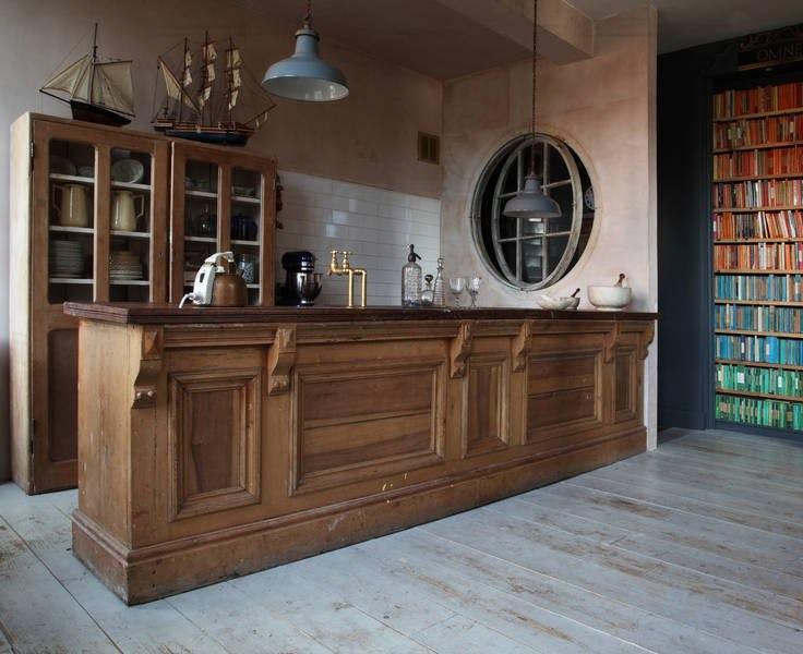 Интерьер красивой кухни: винтажный деревянный остров