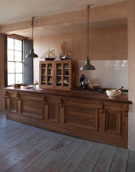 Интерьер красивой кухни: модели кораблей на шкафу