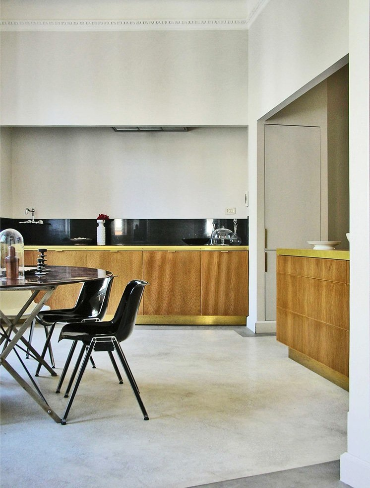 Интерьер красивой кухни: золотая окантовка у мебели