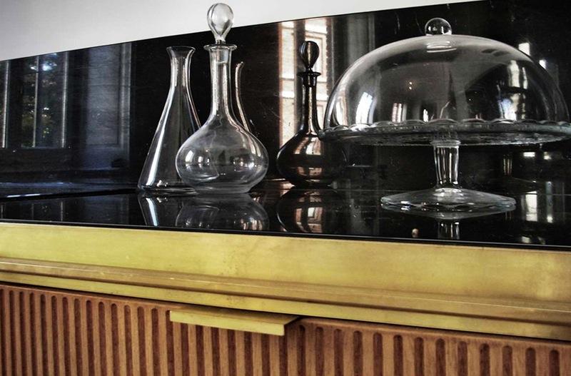 Интерьер красивой кухни: чёрный зеркальный фартук