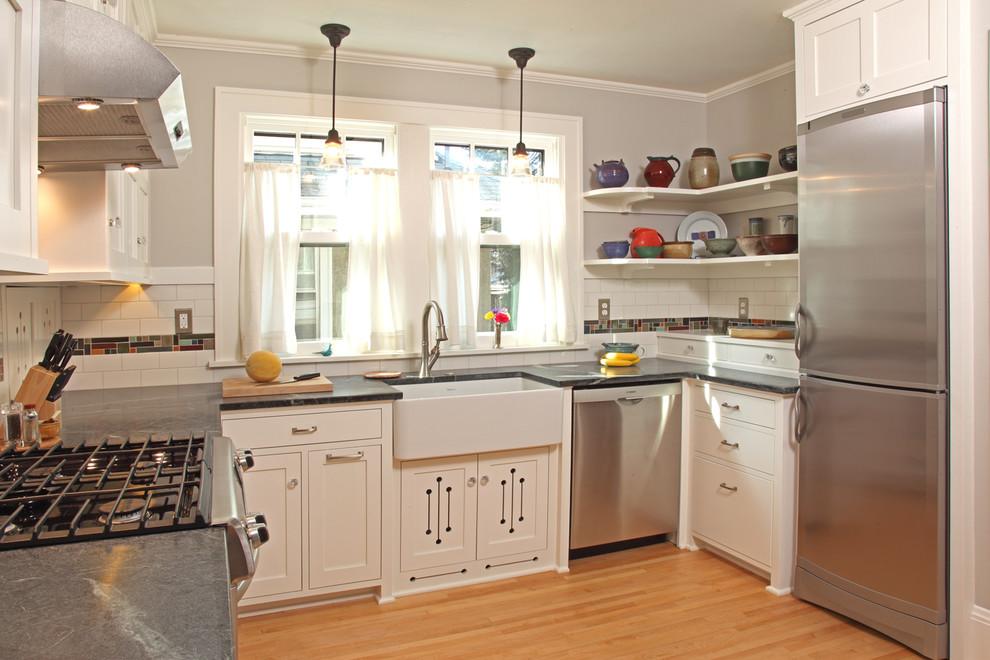 Белый деревянный гарнитур в интерьере кухни 10 м2