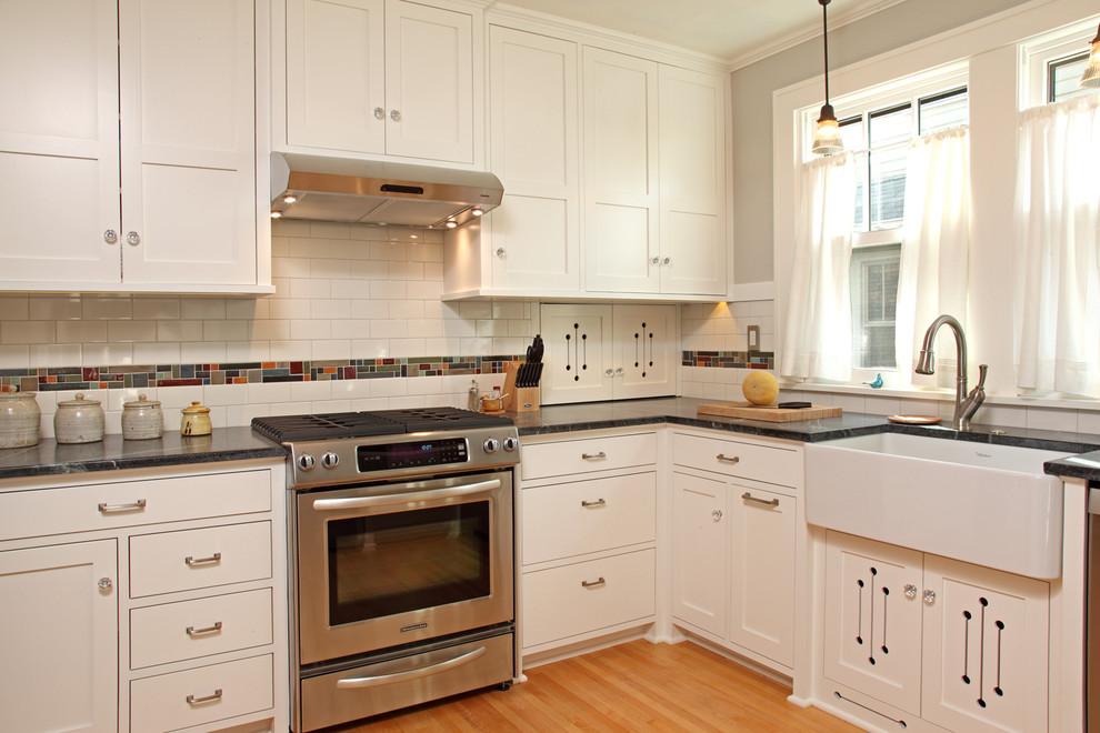 Рабочий фартук, отделанный белой плиткой в интерьере кухни