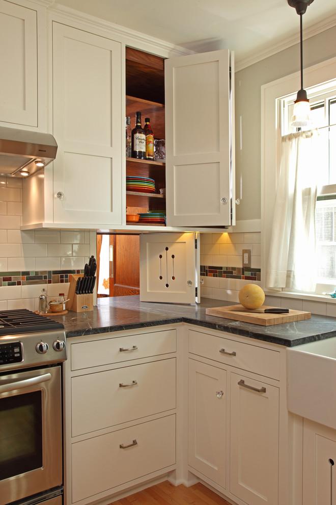 Складные дверцы в кухонном шкафчике в интерьере кухни