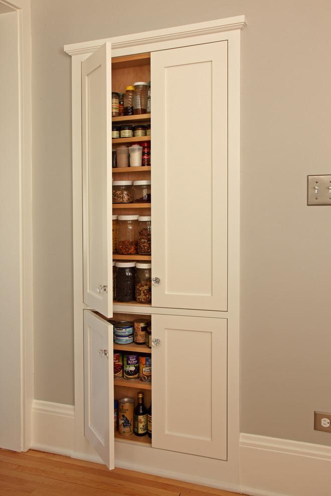 Встроенный шкаф белого цвета в интерьере кухни