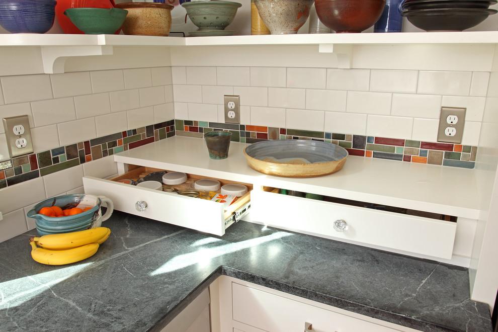 Белая полка с шуфлядами в интерьере кухни
