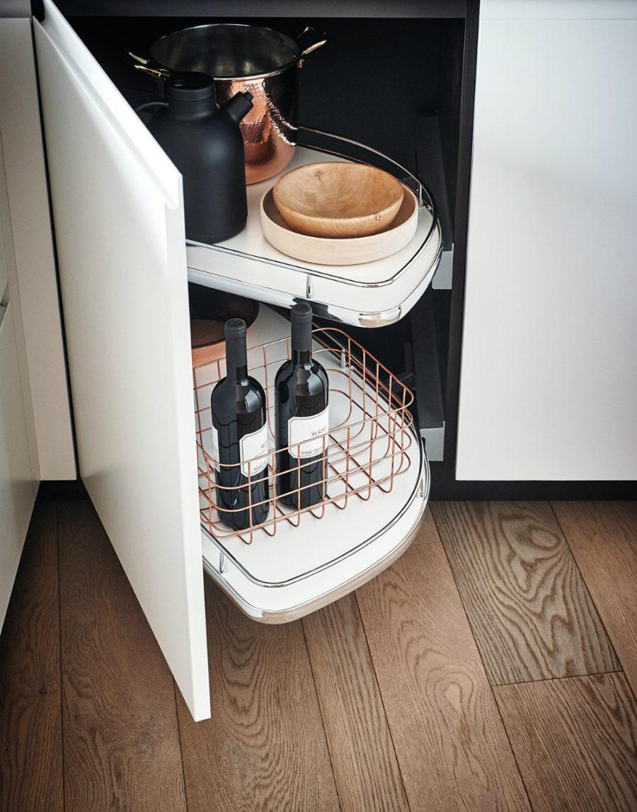 Яркий интерьер кухни от дизайнера Gian Vittorio Plazzogna - вино на полке