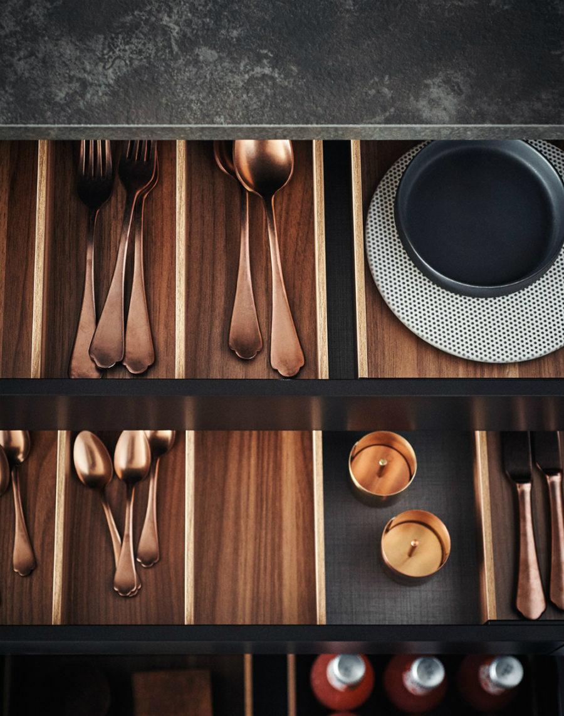Яркий интерьер кухни от дизайнера Gian Vittorio Plazzogna - вилки и ложки на полке