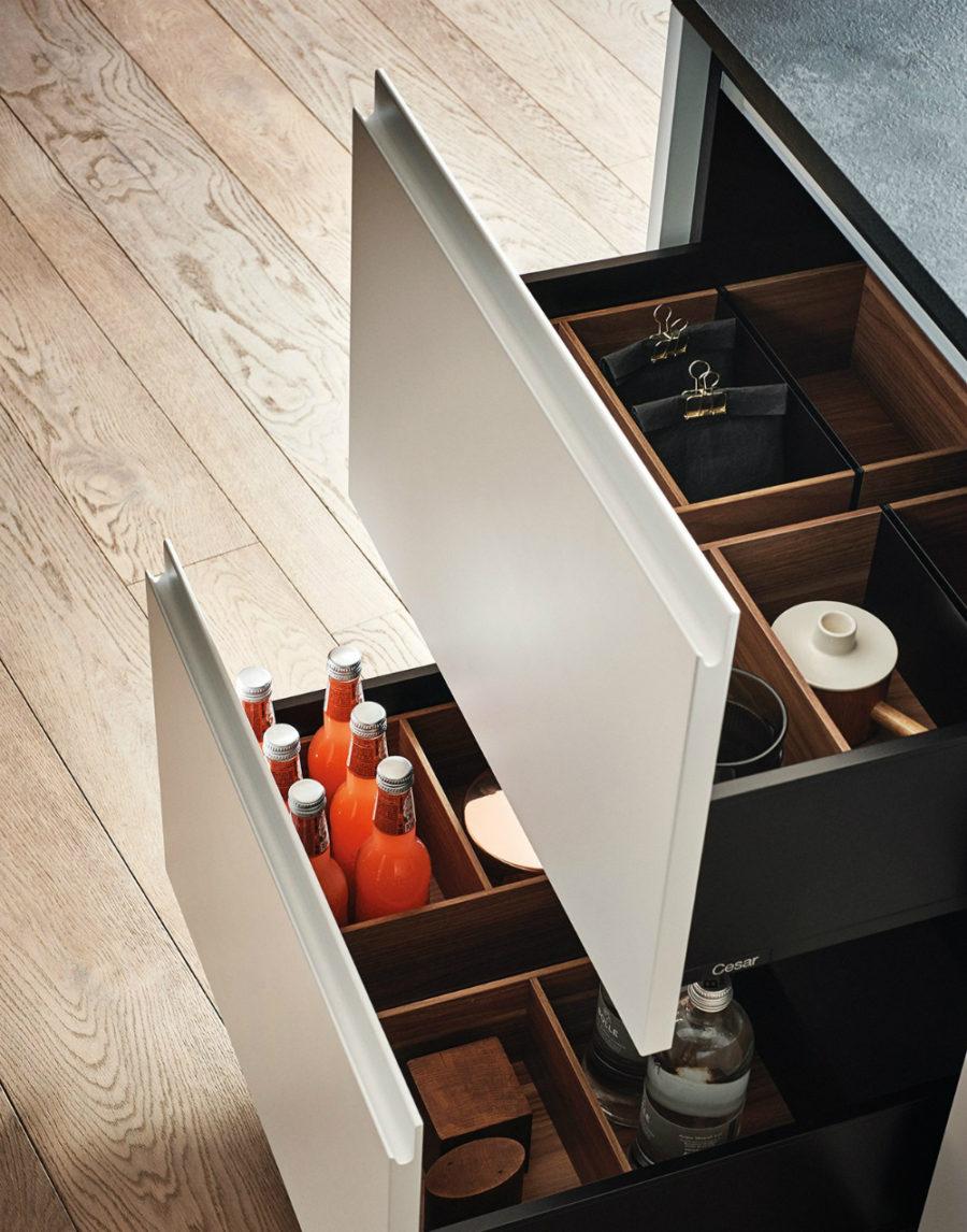 Яркий интерьер кухни от дизайнера Gian Vittorio Plazzogna - баночки на полках