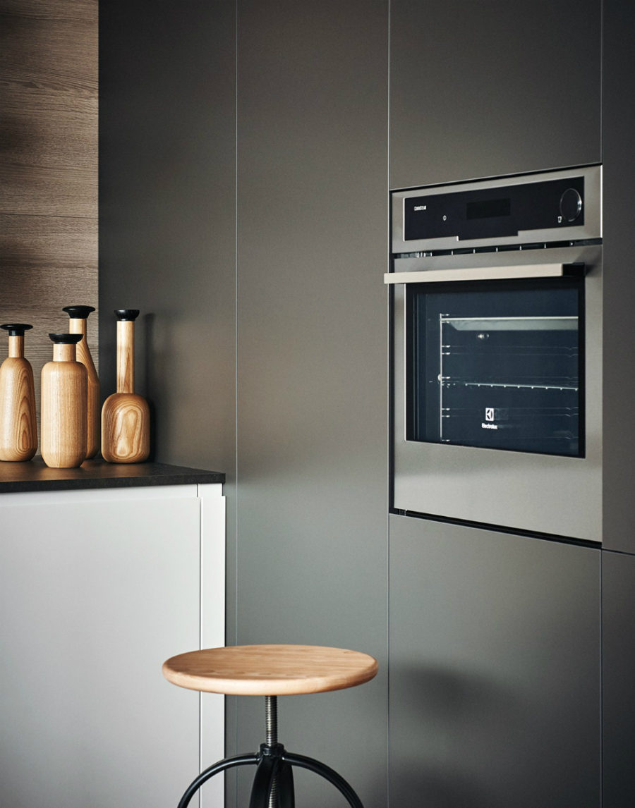 Яркий интерьер кухни от дизайнера Gian Vittorio Plazzogna - духовка крупным планом
