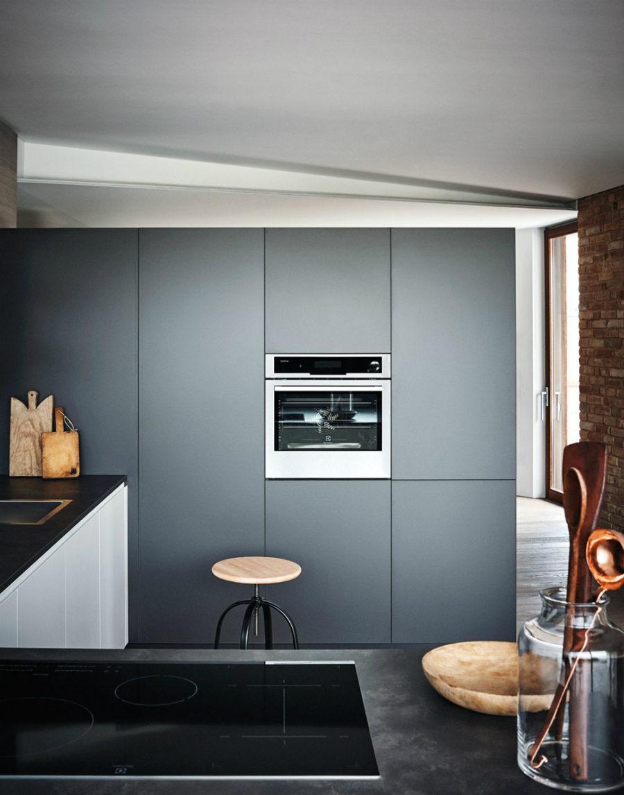 Яркий интерьер кухни от дизайнера Gian Vittorio Plazzogna - необычное размещение духовки