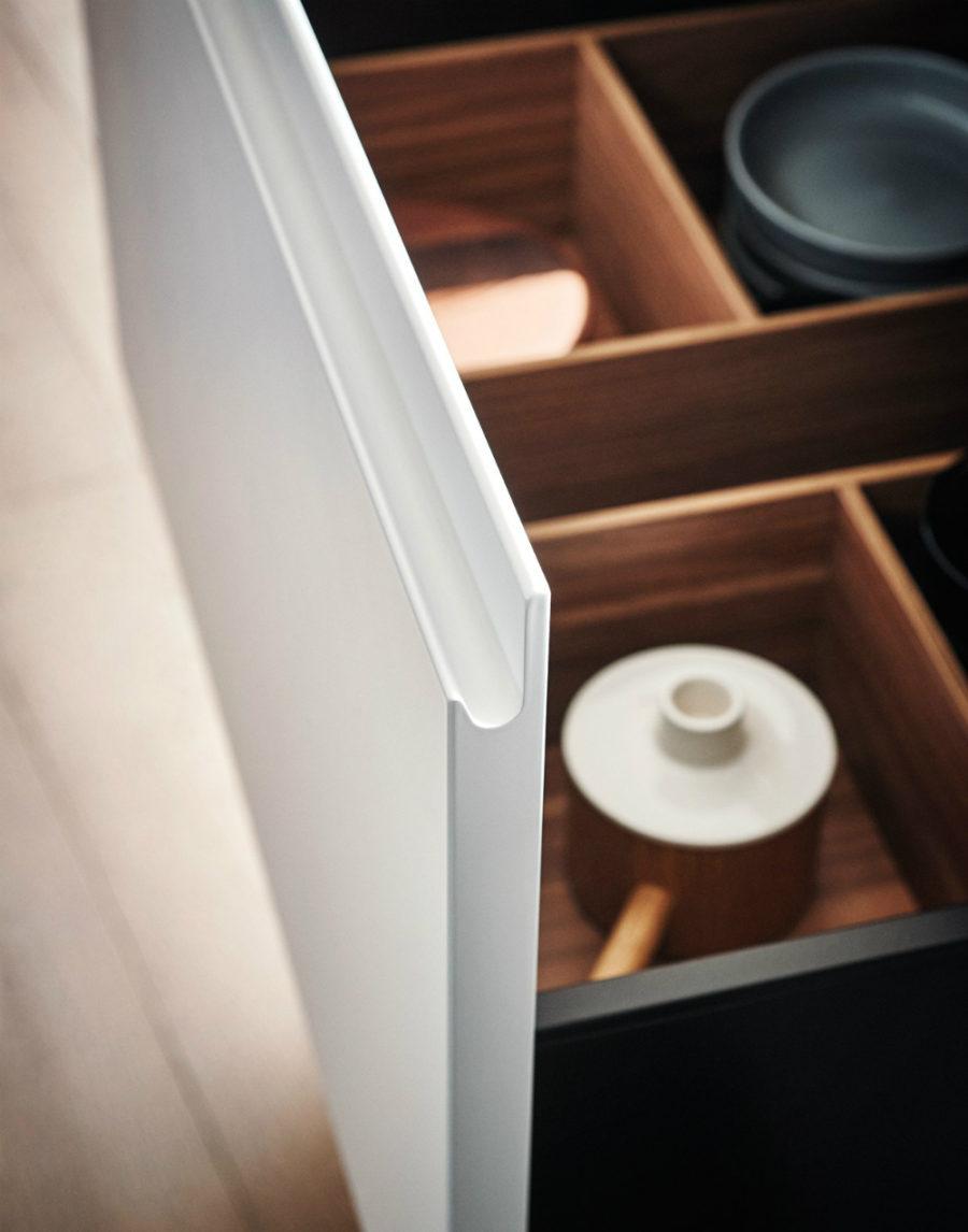 Яркий интерьер кухни от дизайнера Gian Vittorio Plazzogna - полки крупным планом