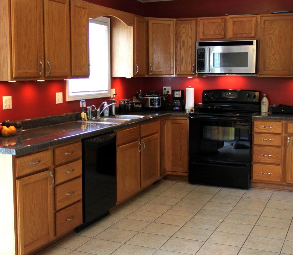 Интерьер кухни в бежевом цвете - фото 16