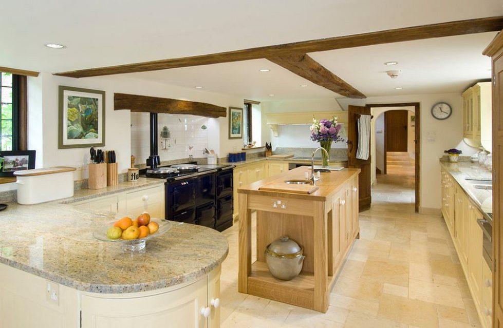 Интерьер кухни в бежевом цвете - фото 11