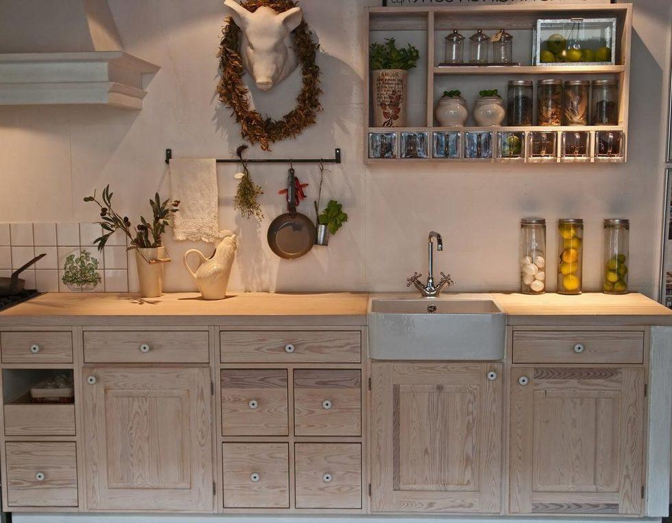 Интерьер кухни в бежевом цвете - фото 22