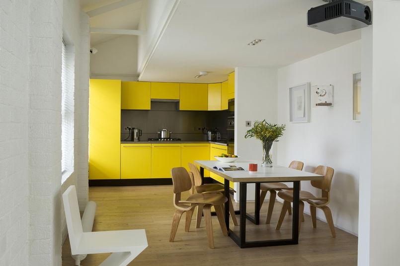 Интерьер кухни в современном стиле - желтые и белые цвета
