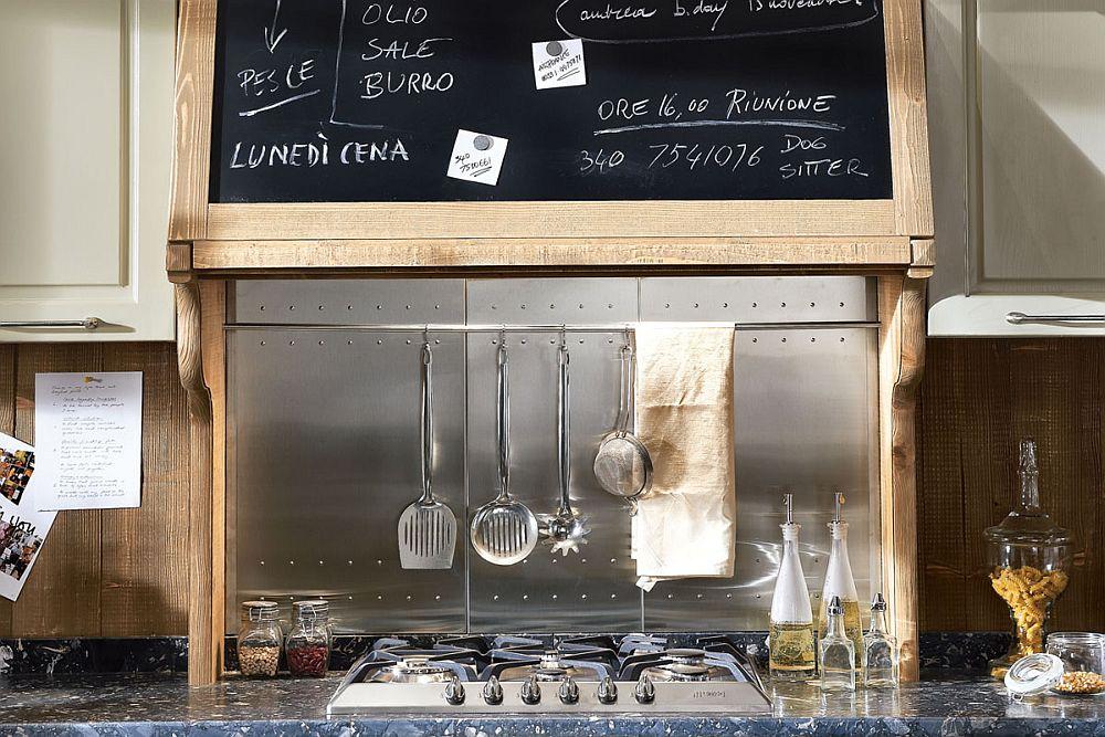 Кухня в винтажном стиле: стальная панель над плитой