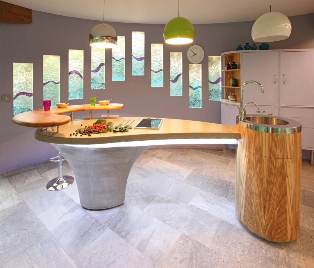 Интерьер кухни с двухуровневым островом