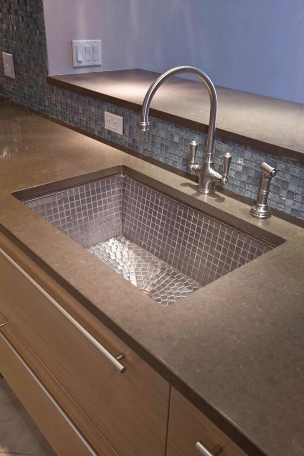 Раковина из нержавеющей стали в интерьере кухни