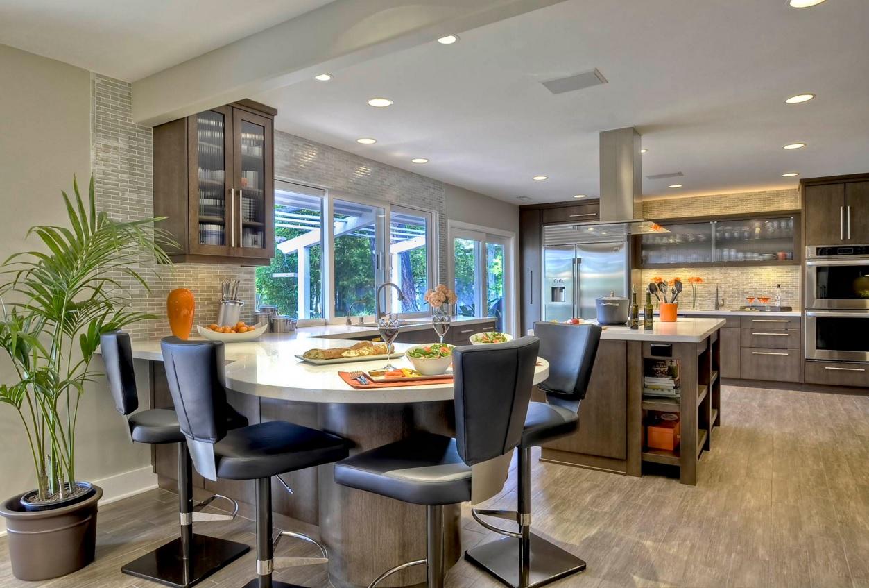 Интерьер кухни с круглым обеденным столом - фото 1