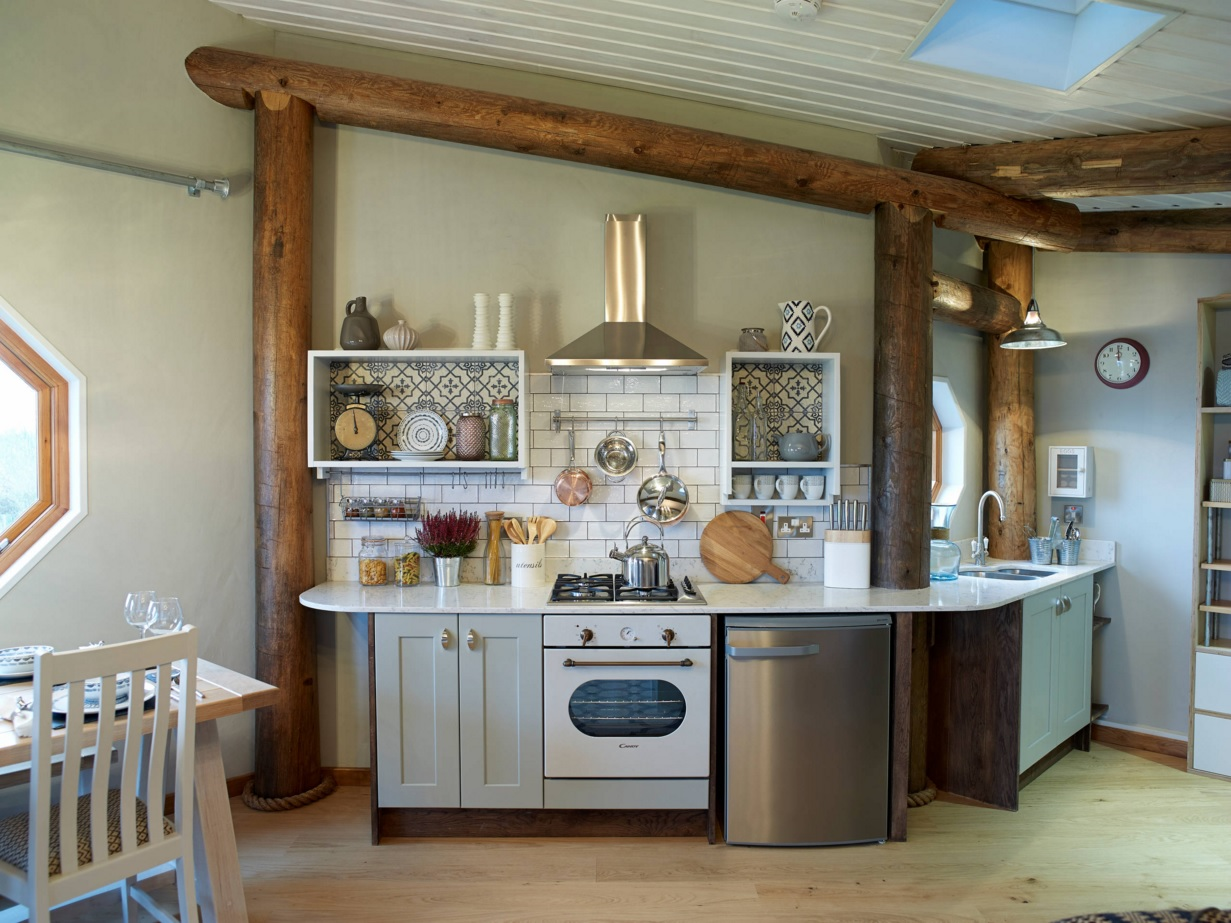 Интерьер кухни с круглым обеденным столом - фото 2