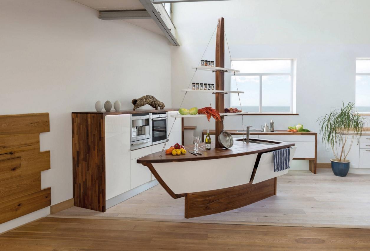 Интерьер кухни с островом в форме лодки