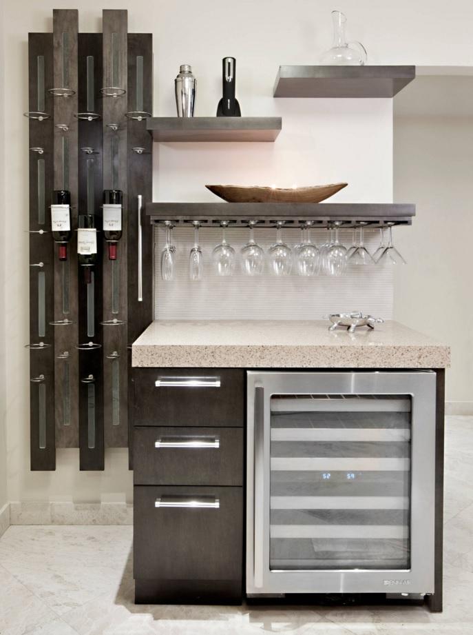 Шкаф со встроенным холодильником в интерьере кухни