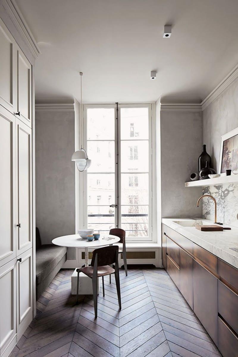 Интерьеры кухонь без верхних шкафов: длинная полка