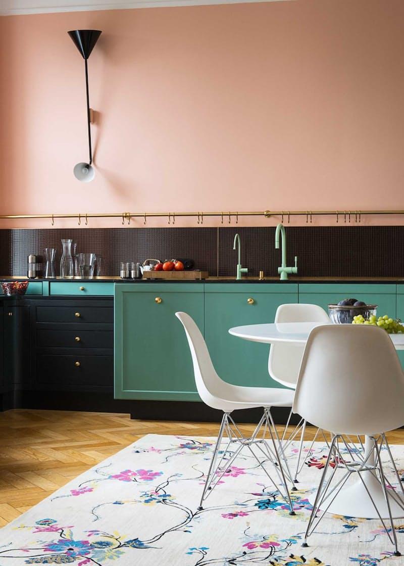 Интерьеры кухонь без верхних шкафов: медный бар с позолотой