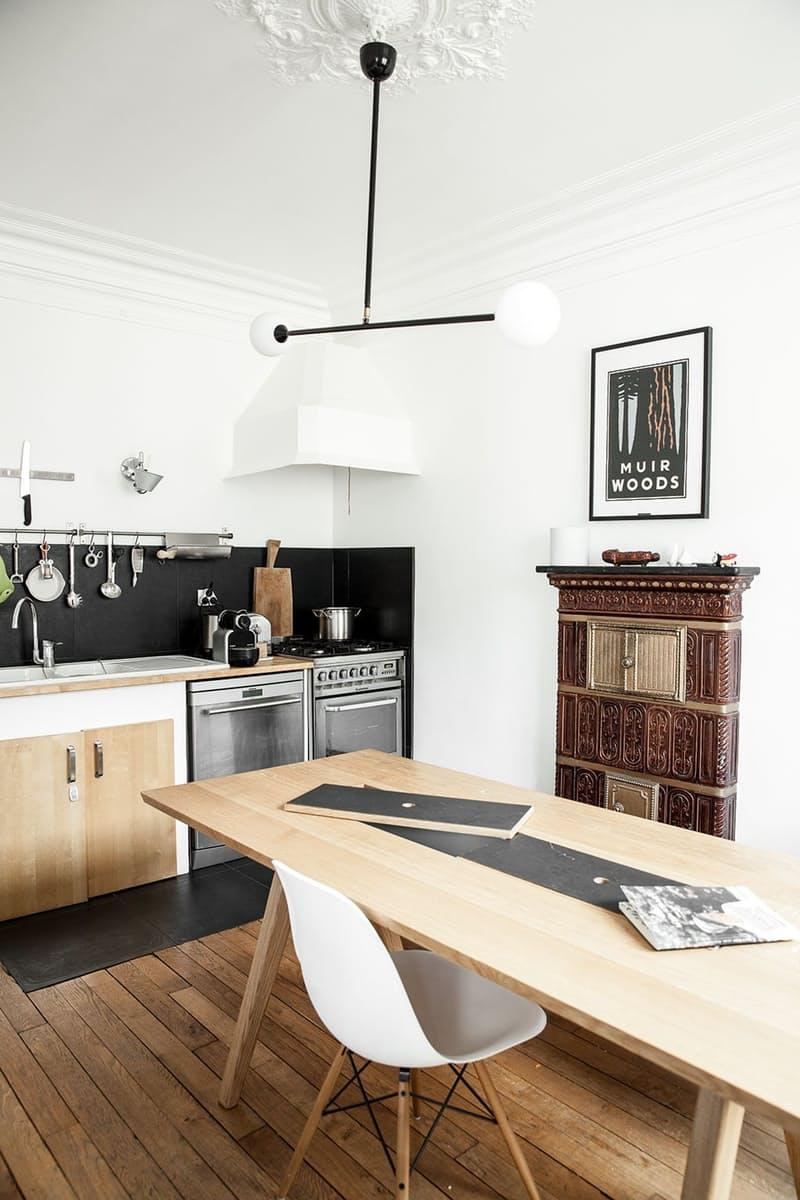Интерьеры кухонь без верхних шкафов: простой металлический бар