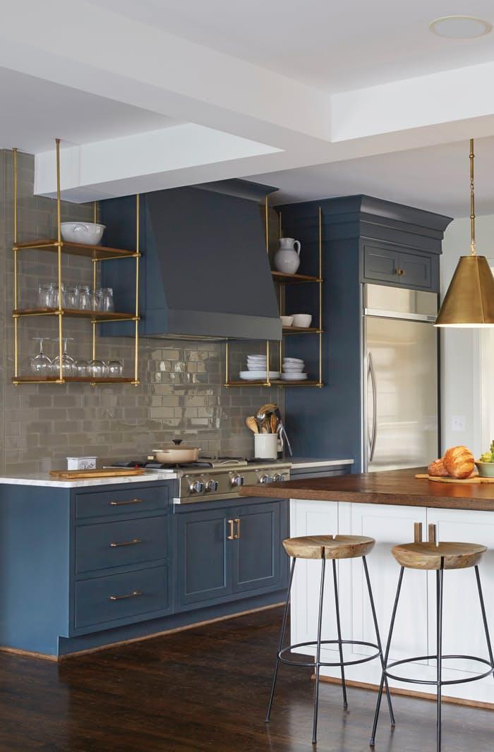 Интерьеры кухонь без верхних шкафов: стильные подвесные полки