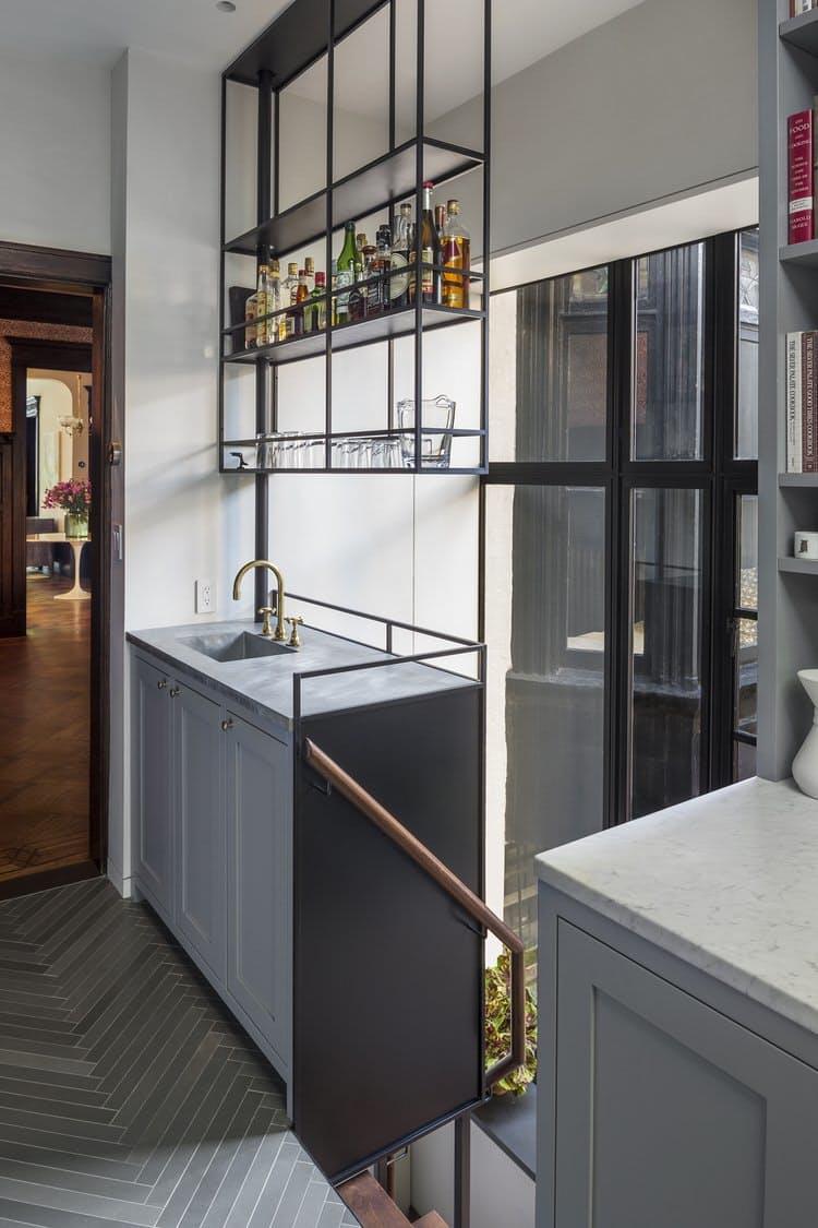 Интерьеры кухонь без верхних шкафов: открытые полки