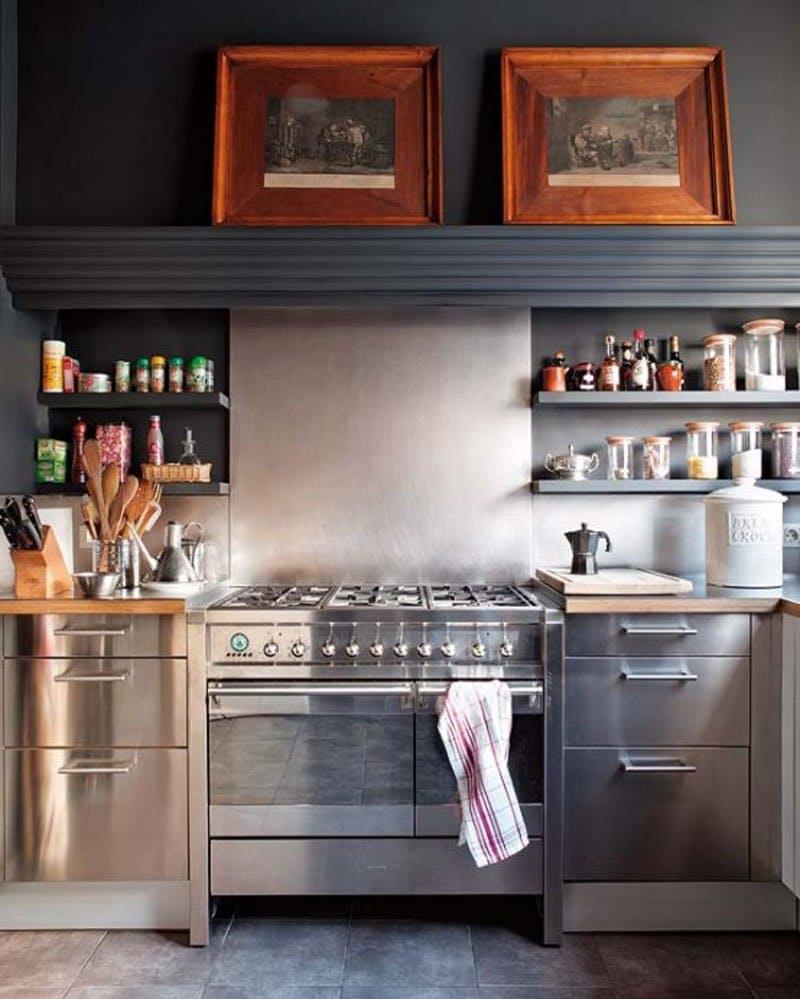 Интерьеры кухонь без верхних шкафов: металлические открытые полки