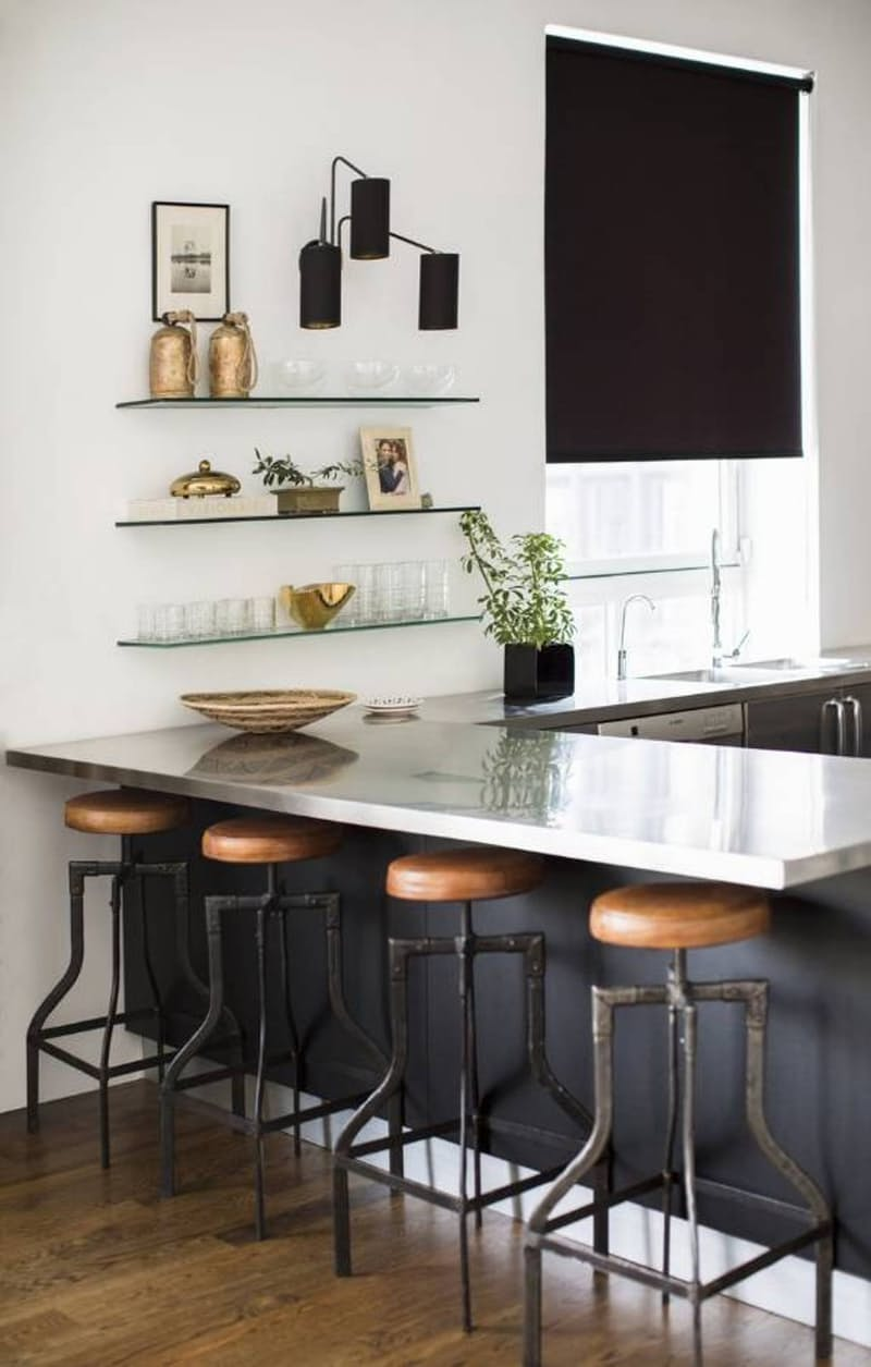Интерьеры кухонь без верхних шкафов: стеклянные полки