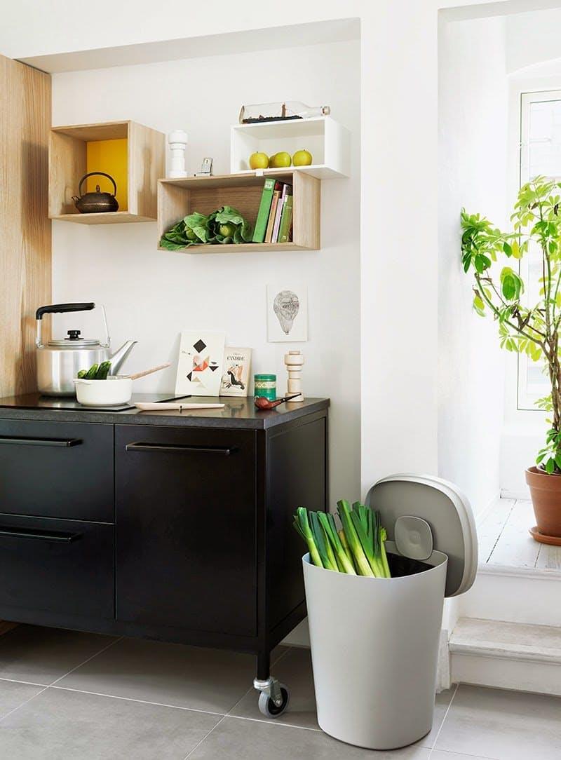 Интерьеры кухонь без верхних шкафов: ящики без дверей
