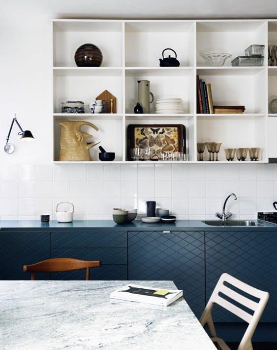 Интерьеры кухонь без верхних шкафов: группа ящиков