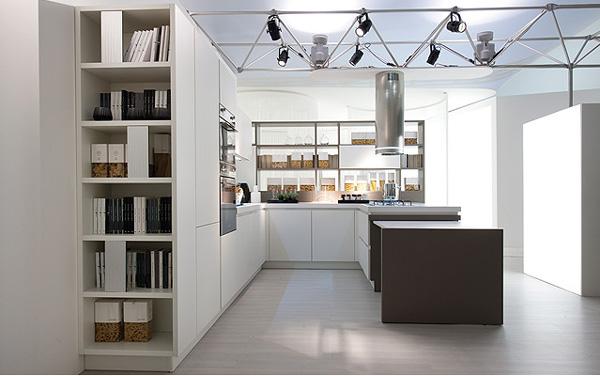 Итальянская кухонная мебель: глянцевый гарнитур белого цвета