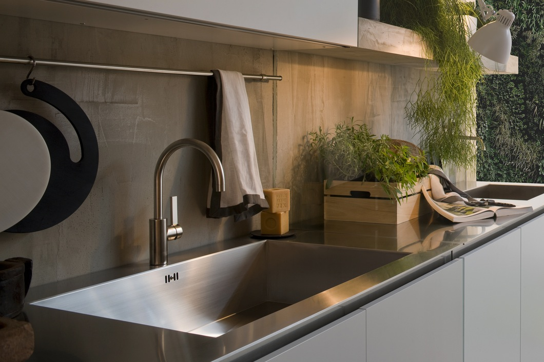 Дизайн металлической раковины кухни Arclinea