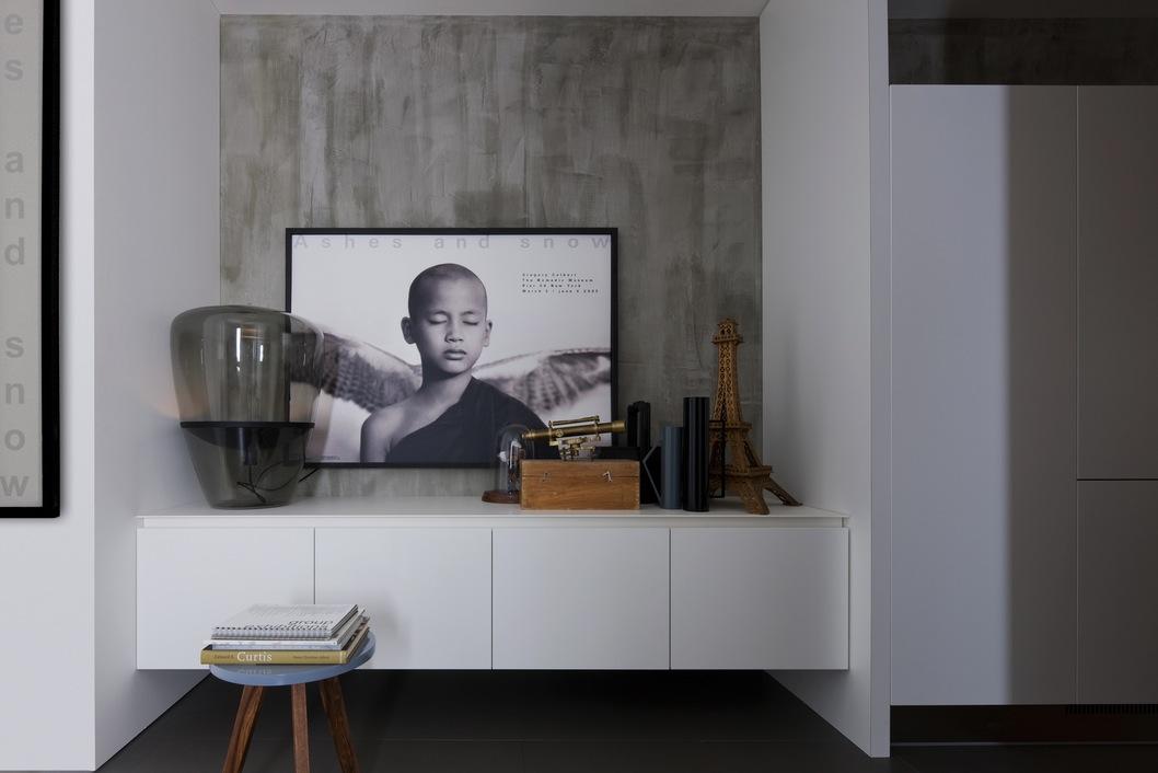 Белый шкаф в интерьере кухни