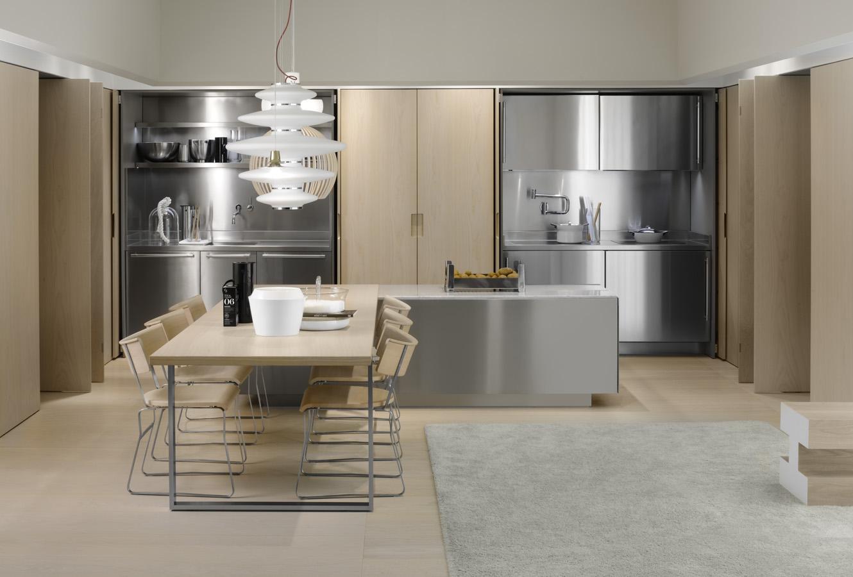 Рабочая зона кухни за раздвижными дверями в интерьере