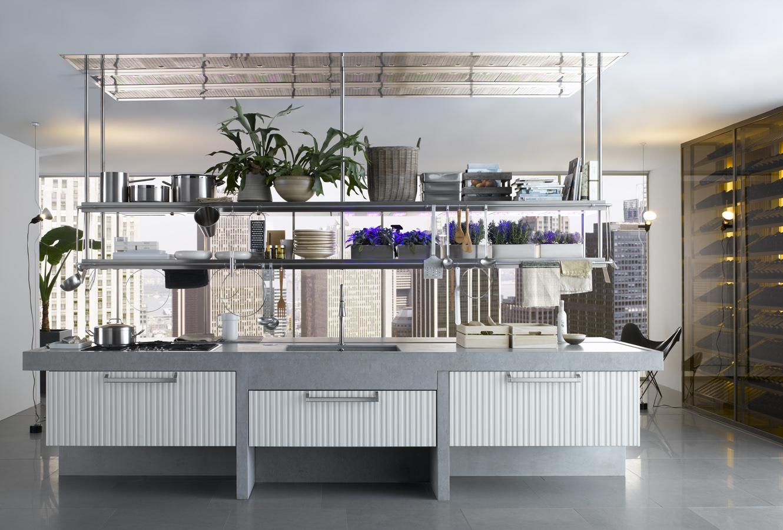 Подвесные полки Arclinea с металлическим каркасом в интерьере кухни