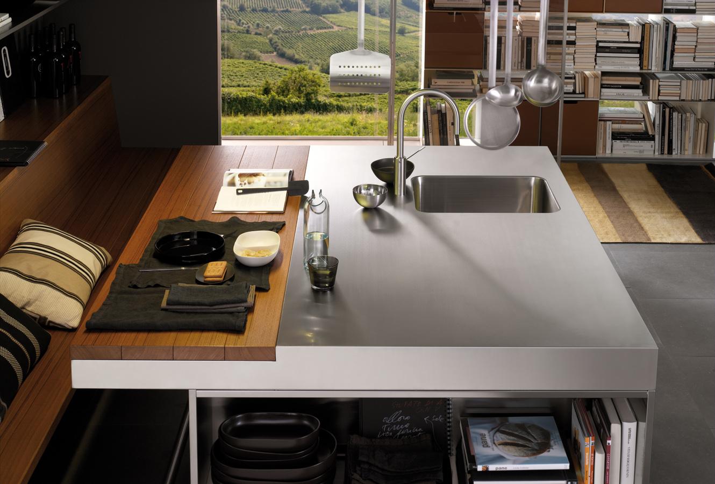Оригинальный дизайн столешницы из метали и дерева кухни Arclinea в интерьере