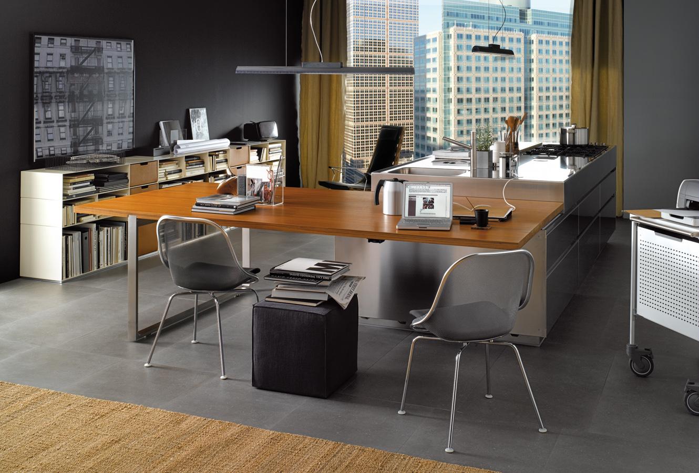 Современный интерьер кухни, совмещённой с домашним офисом