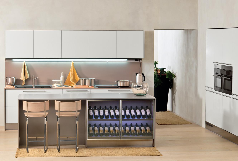 Дизайн кухонного острова Arclinea со встроенным винным шкафом в интерьере